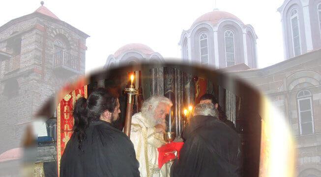 Κοινωνία στο Άγιο Όρος Ο γέροντας Αγάθων μεταλαμβάνει τους μοναχούς